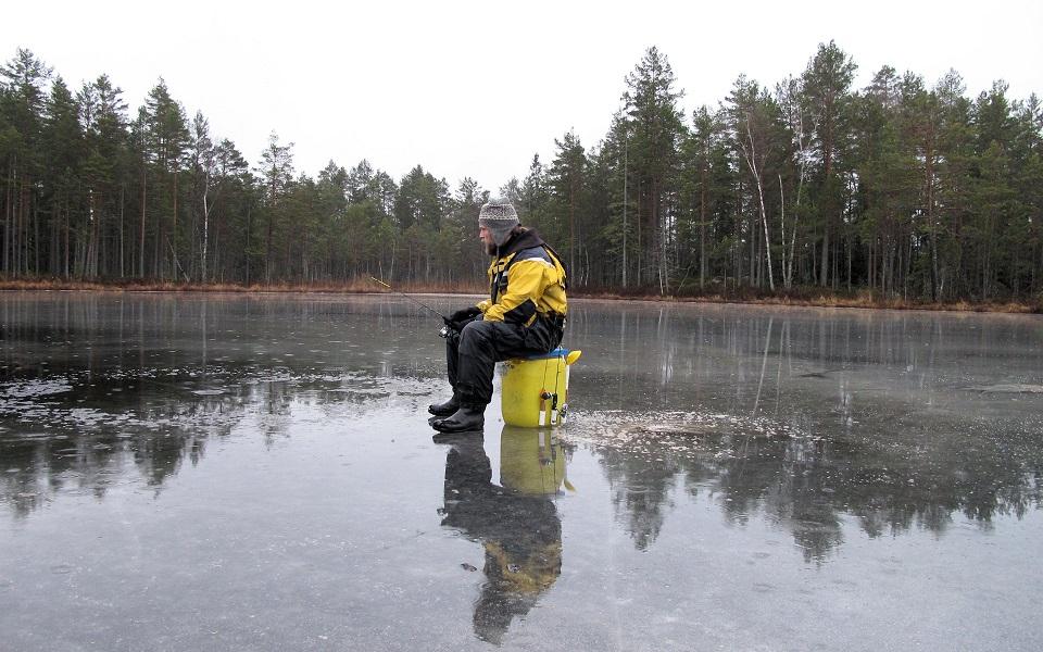 Hampus fiskar den plaskvåta isen