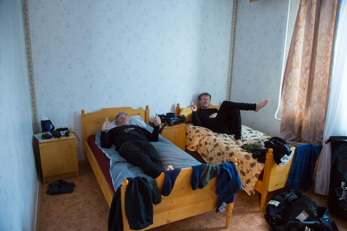 Byron och Gunnar i sitt moderna rum