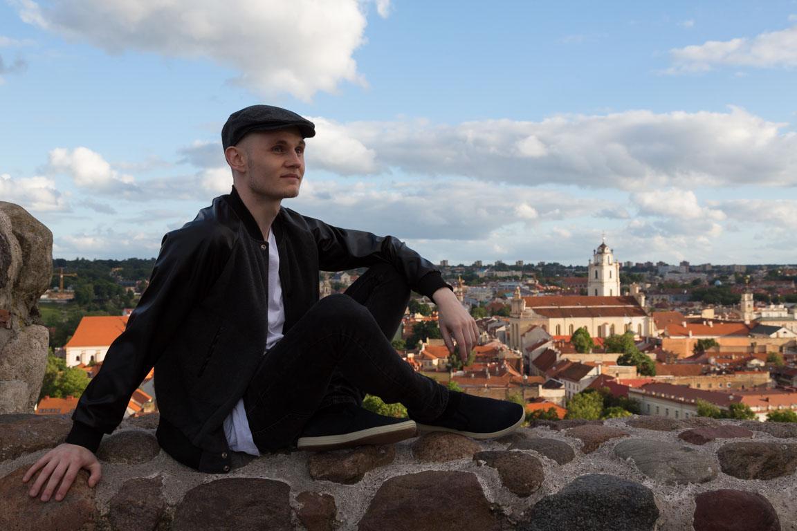 Rasmus blickar ut över staden