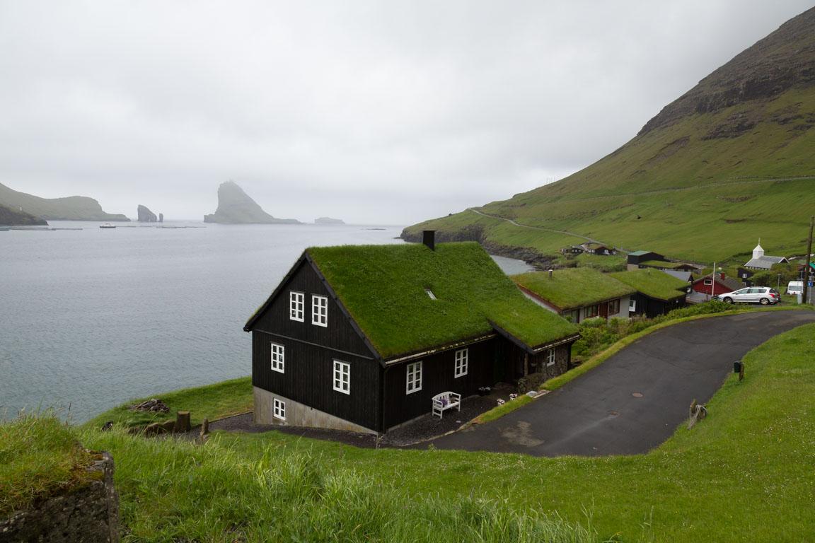 Hus i Bøur med Tindhólmur i bakgrunden
