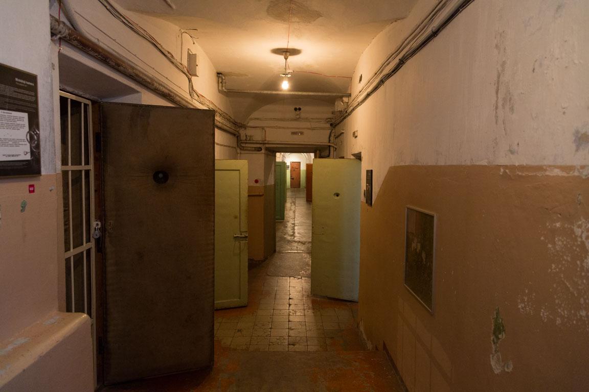 Fängelseceller i källaren