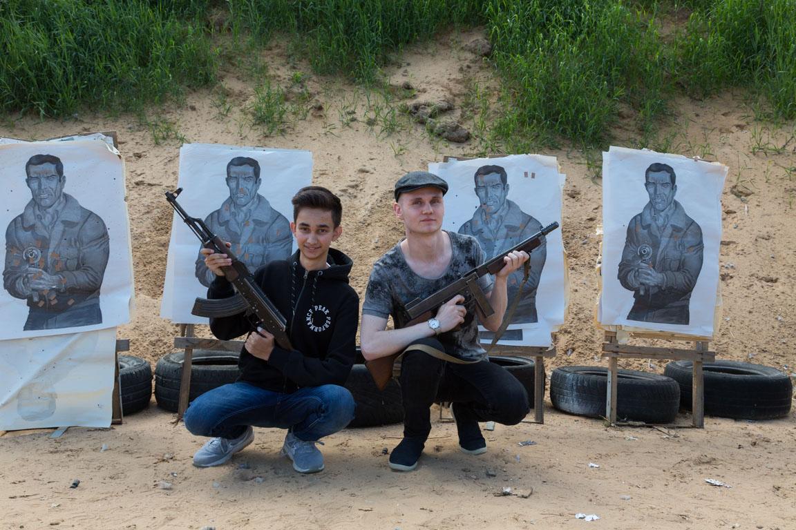Glada grabbar, Kalashnikov och Thompson