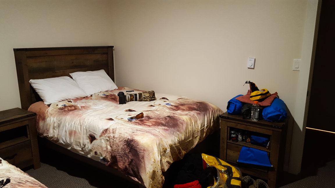Rummet med björnar på täcket