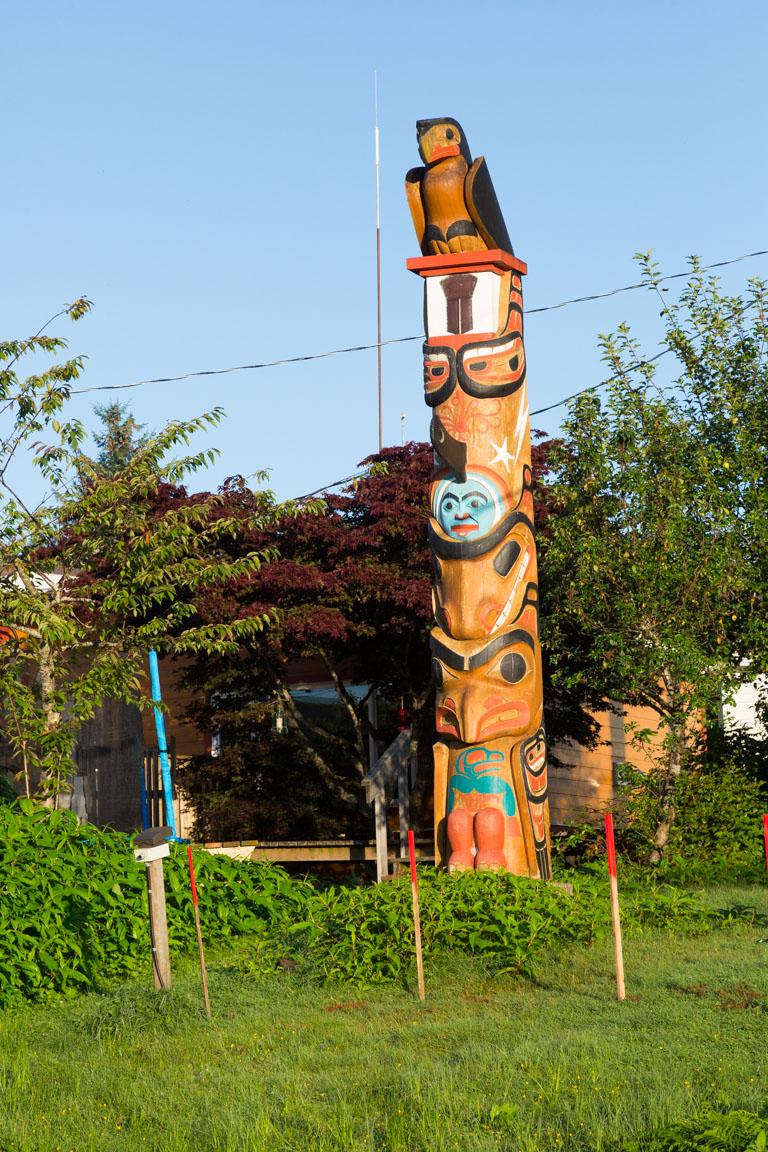 Den nya totempålen i byn