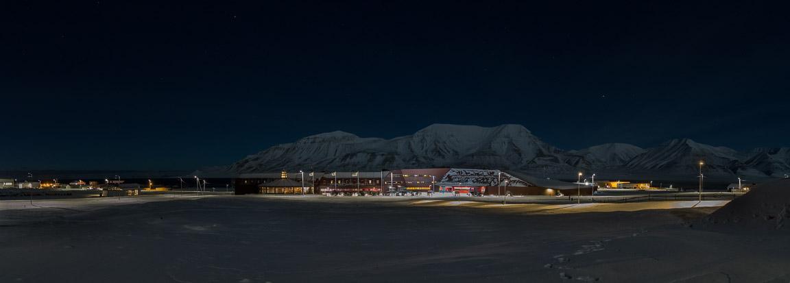 Panorama över Svalbard Universitet, Adventtoppen och Hiorthfjellet