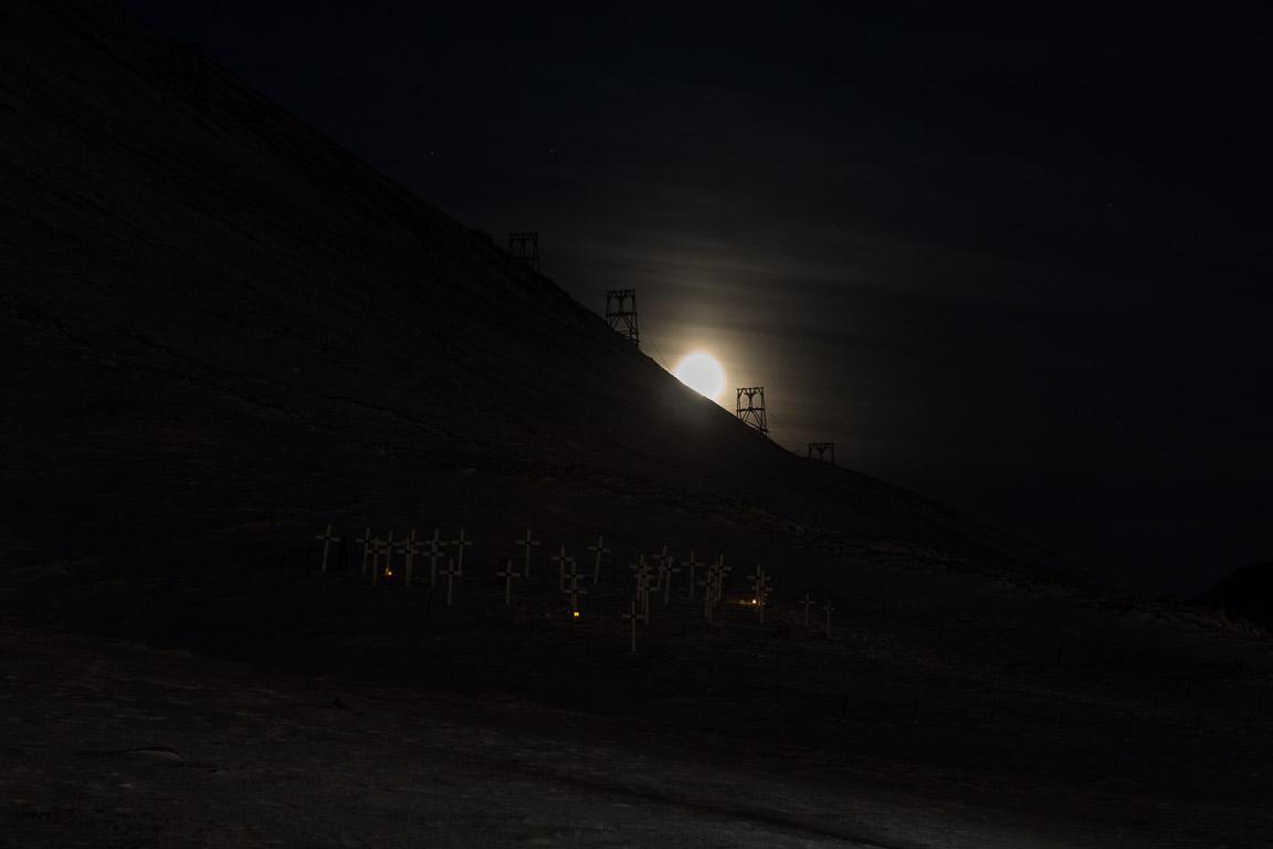 Kyrkogården i månljus