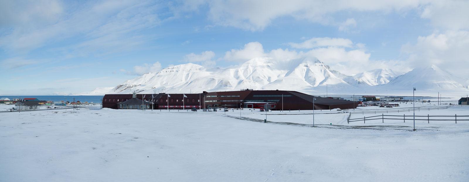 Panorama över UNIS och Adventsfjorden