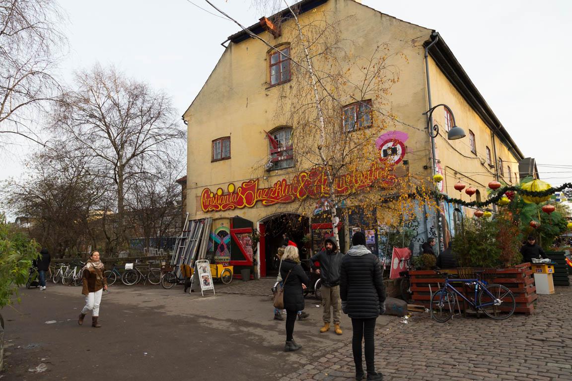 Jazzklubb och barnteater (vilken combo)