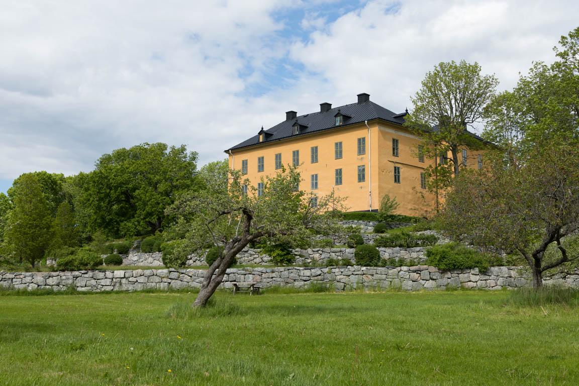 Slottet från tidigare trädgården