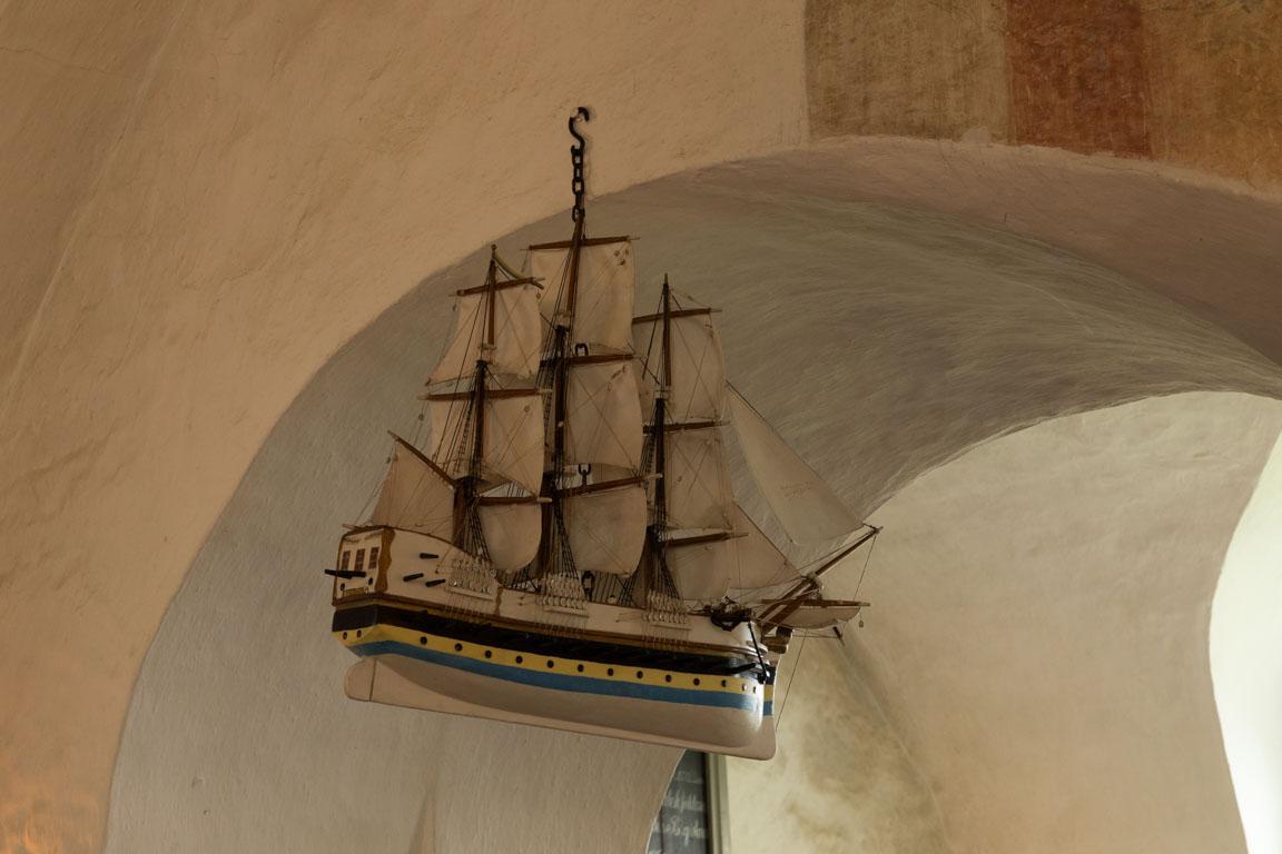 Skepp hänger vid avbild av sjöfararnas skyddshelgon