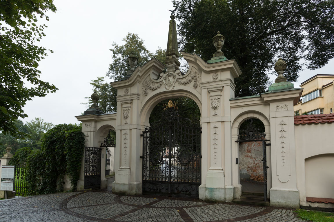 Porten till Basilica of St. Michael the Archangel